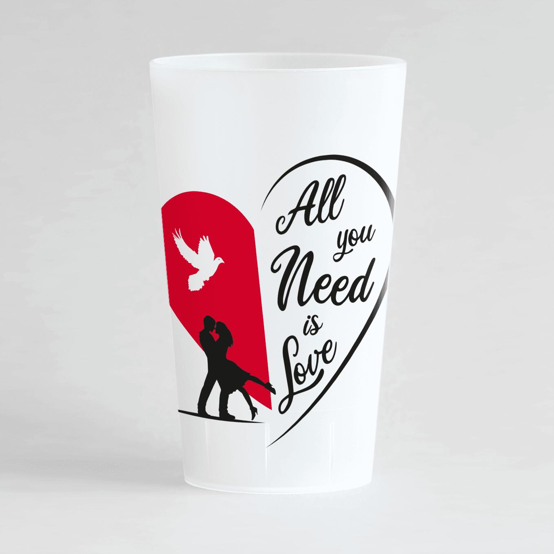 """Un ecocup givré de face avec deux silhouettes qui s'enlacent devant un coeur rouge, une colombe et une inscription """"All you need is love""""."""