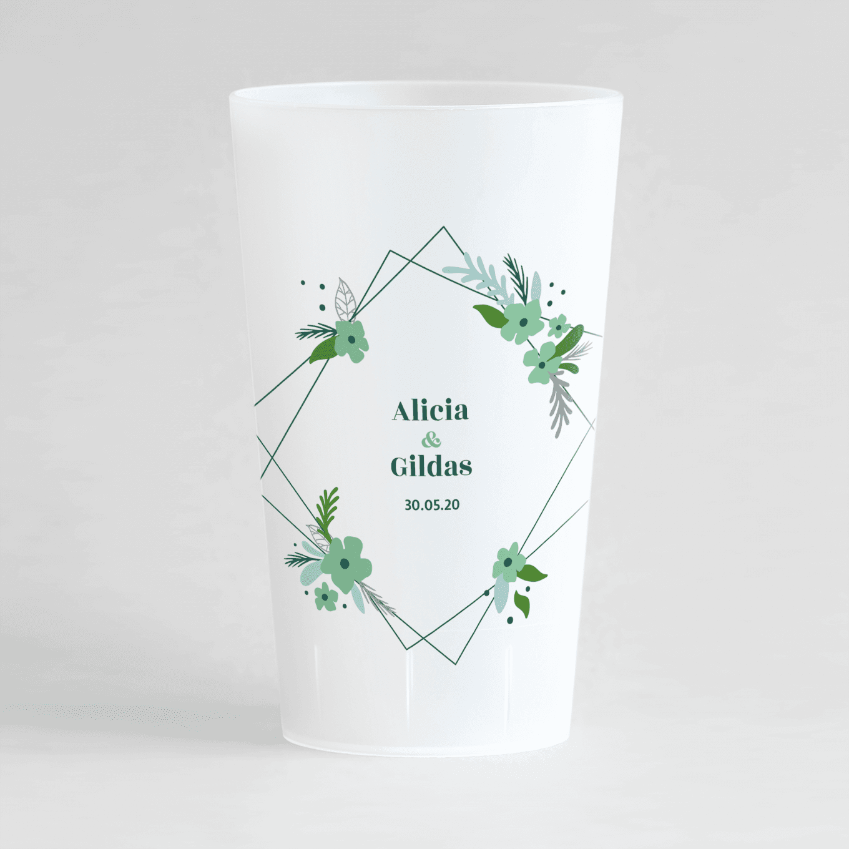 Un ecocup givré de face personnalisé sur un thème mariage avec un cadre fleuri vert autour des prénoms des mariés.