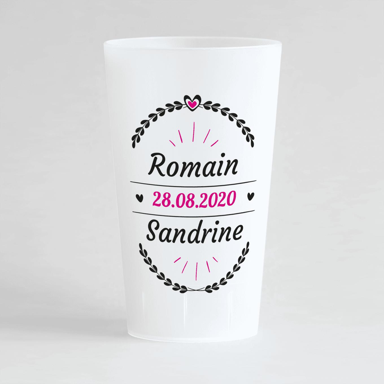 Un ecocup givré de face personnalisé en rose avec un thème mariage et des lauriers entourant les prénoms des mariés et la date du mariage.