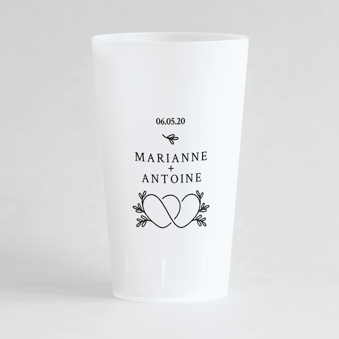 Un ecocup givre de face personnalisé avec un thème mariage avec des cœurs entremêlés, les prénoms et la date du mariage