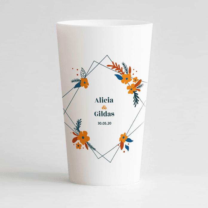 Un ecocup blanc de face personnalisé sur un thème mariage avec un cadre fleuri orange autour des prénoms des mariés.