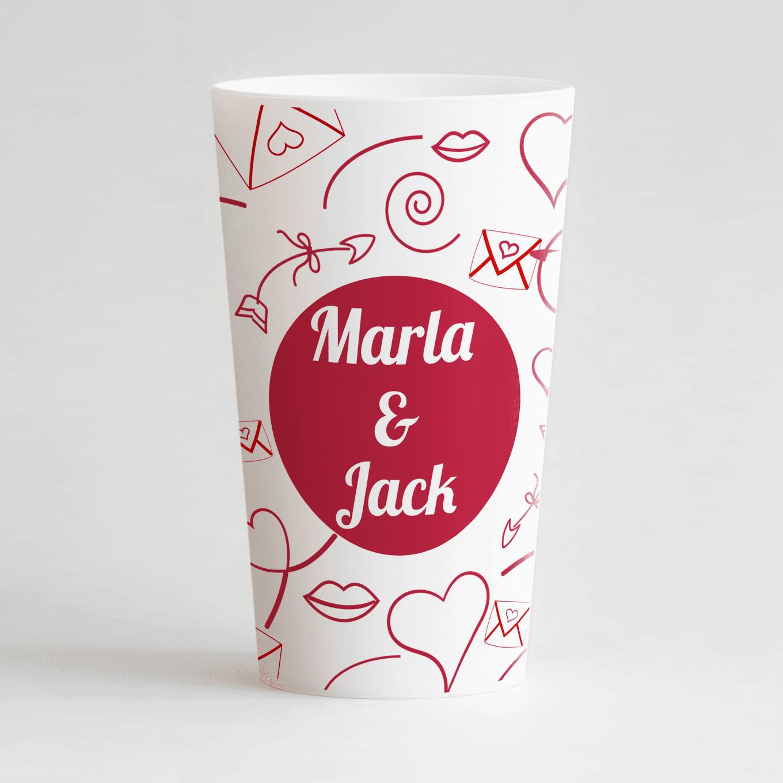 Un ecocup blanc de face personnalisé avec un thème mariage avec des motifs lettre d'amour, cœurs et fléches