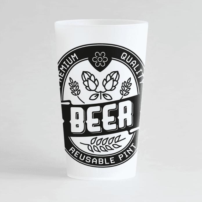 Un ecocup givré de face avec un thème soirée et un écusson beer.
