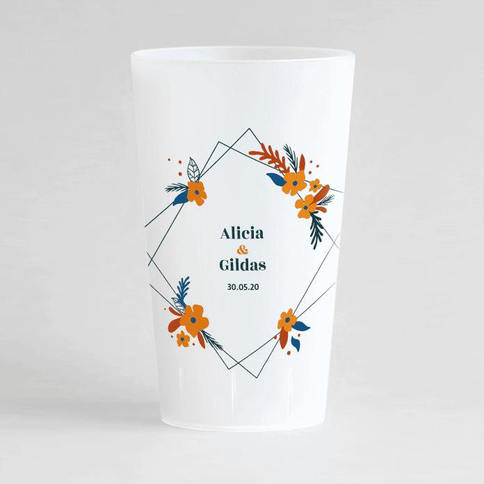 Un ecocup givré de face personnalisé sur un thème mariage avec un cadre fleuri orange autour des prénoms des mariés.