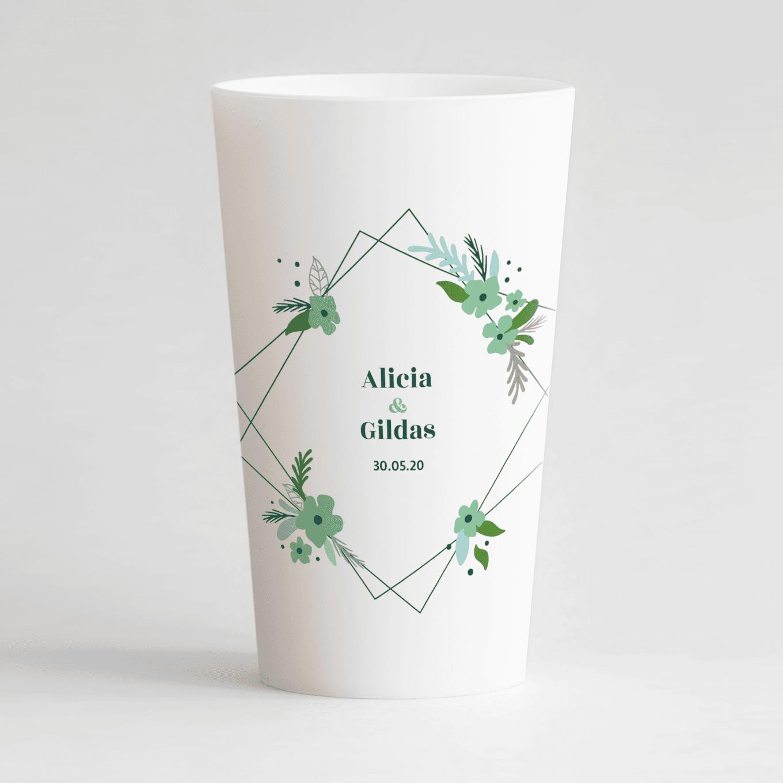 Un ecocup blanc de face personnalisé sur un thème mariage avec un cadre fleuri vert autour des prénoms des mariés.