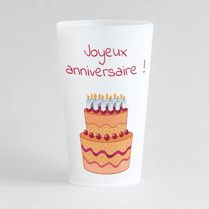 """Un ecocup givré de face avec un thème anniversaire, un gros motif gâteau et une inscription """"joyeux anniversaire""""."""