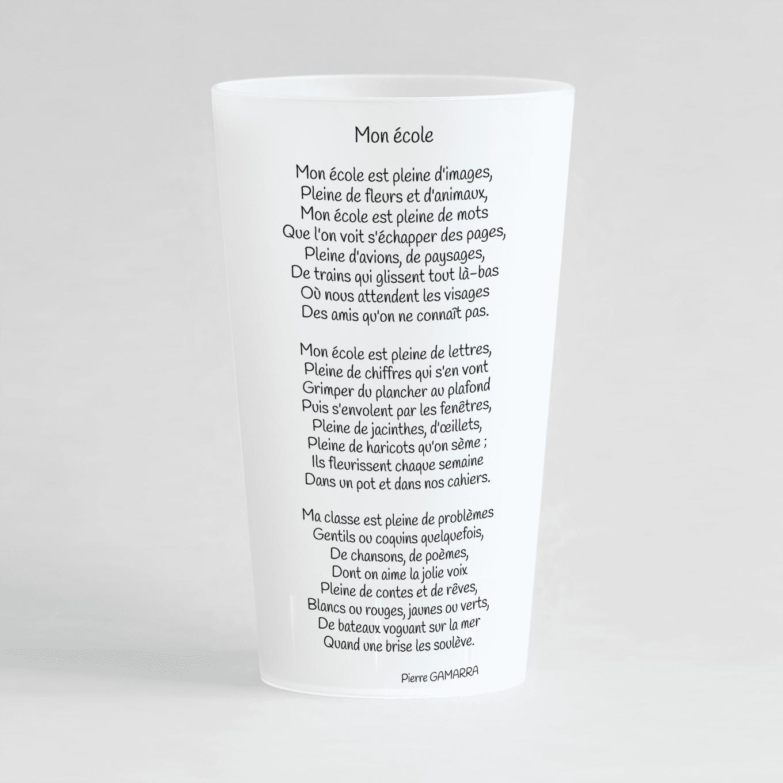Un ecocup givré de dos avec un poème, pour une école.