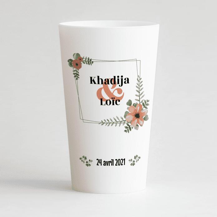 Un ecocup blanc de face avec un thème mariage, un cadre floral autour des prénoms des mariés et la date du mariage.