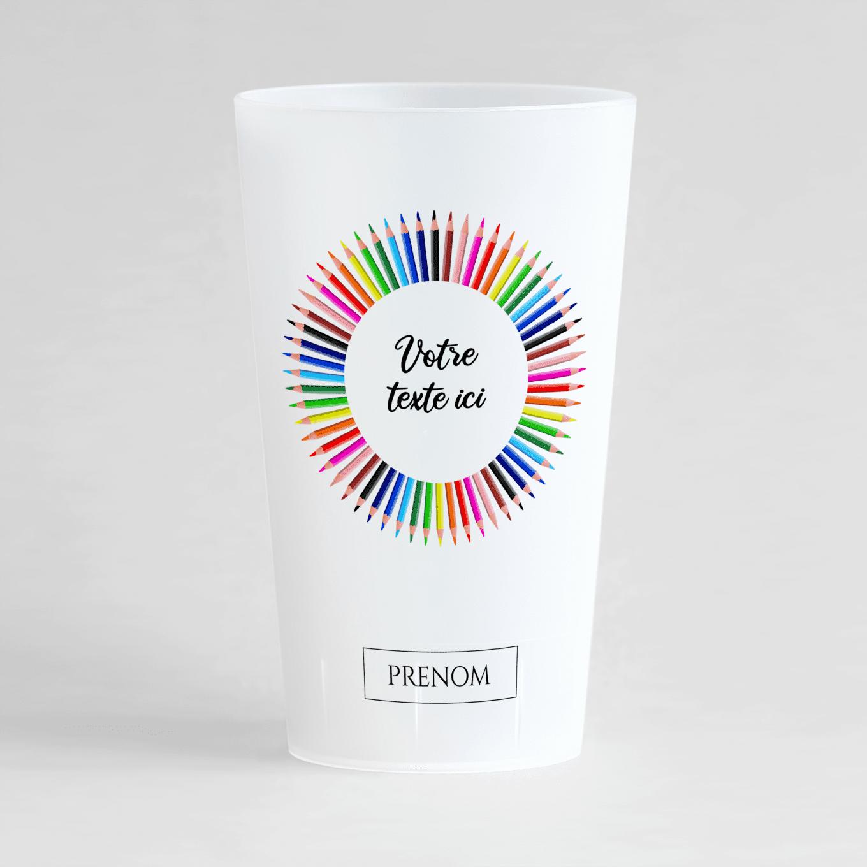 Un ecocup givré de face avec une couronne de crayons de couleurs, une zone de texte et une zone pour inscrire un prénom.