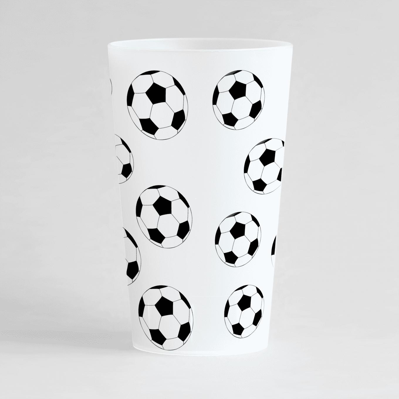 Un gobelet givré de dos, avec un des ballons de foot
