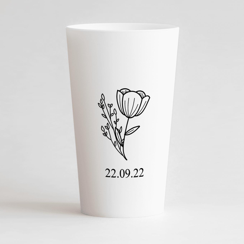 Un ecocup blanc de dos avec une fleur et la date du mariage