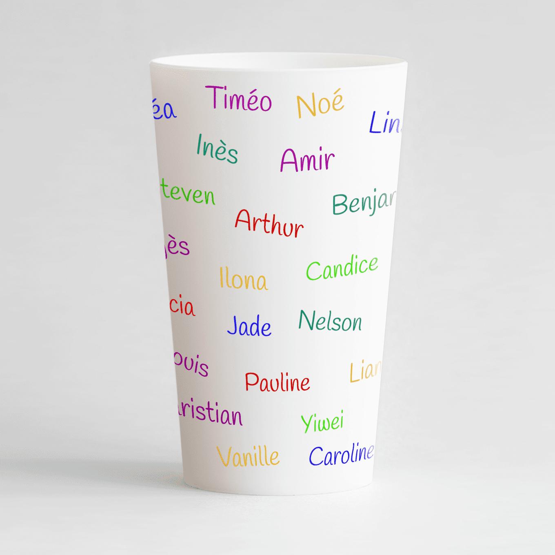Un ecocup blanc de dos avec les prénoms des enfants d'une classe par exemple.
