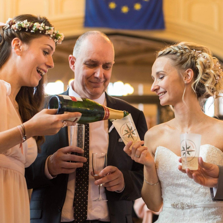 mariés et invités avec du campagne et des ecocups personnalisés pour le mariage