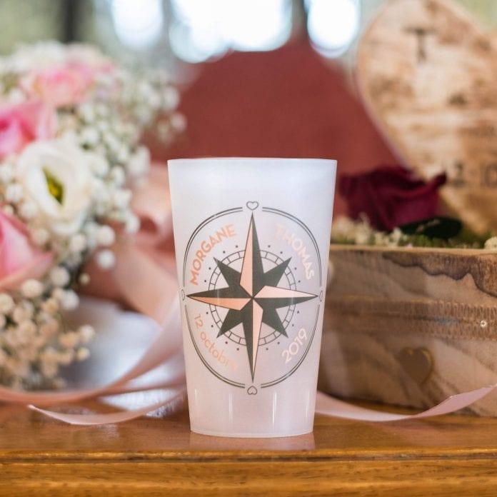Un joli ecocup givré personnalisé pour un mariage, avec un motif rose des vents imprimés en digital couleur