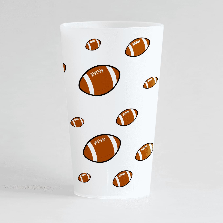 Un ecocup givré de dos sur un thème rugdby avec des ballons sur toute la surface du gobelet.
