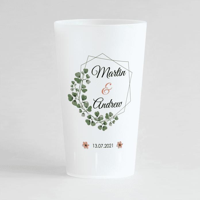Un ecocup givre de face avec un thème mariage avec les prénoms des mariés et une couronne de feuilles et la date du mariage