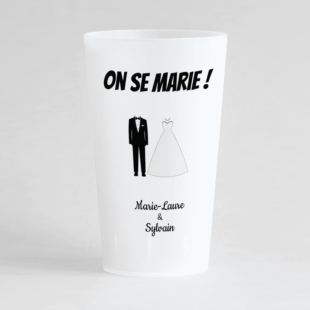 Un gobelet givré de dos pour un mariage avec un thème noir et blanc.