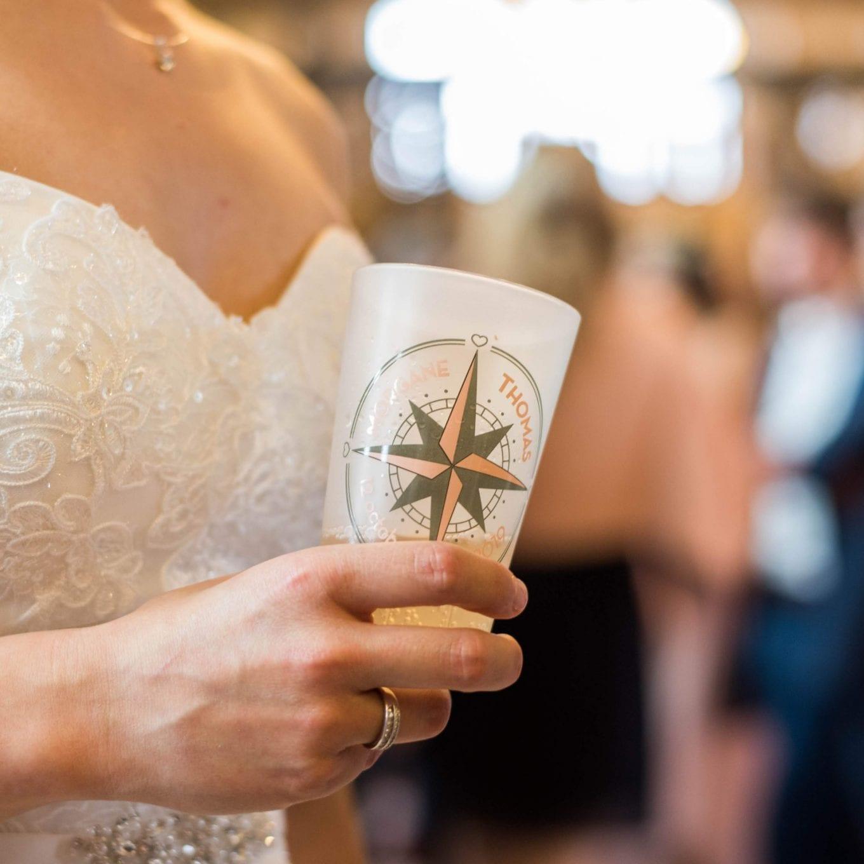 Un ecocup personnalisé pour un mariage avec un thème voyage et une impression digitale en couleur.