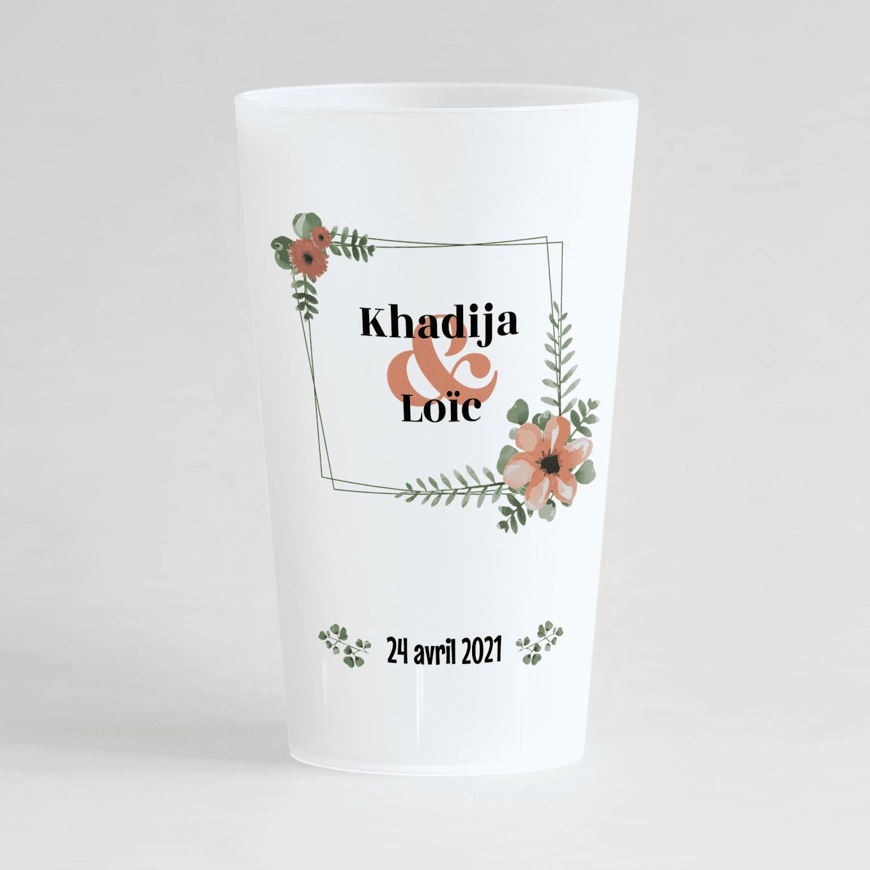 Un ecocup givré de face avec un thème mariage, un cadre floral autour des prénoms des mariés et la date du mariage.