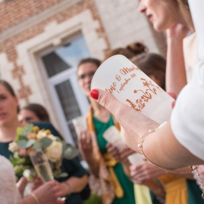 Un ecocup personnalisé pour le mariage de Martin et Héleène, imprimé en digital sur un gobelet de taille classique.