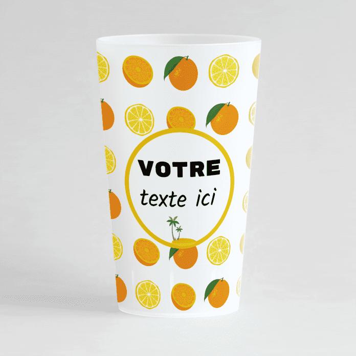 Un ecocup givré de face avec des citrons et des oranges