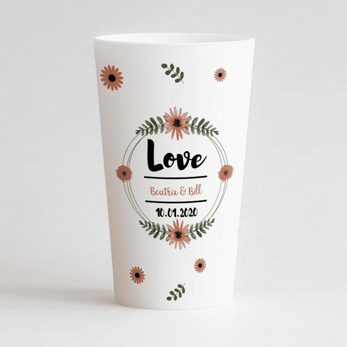 Un ecocup blanc de face avec un thème mariage avec les prénoms des mariés et une couronne de fleurs ainsi que des fleurs sur tout le gobelet