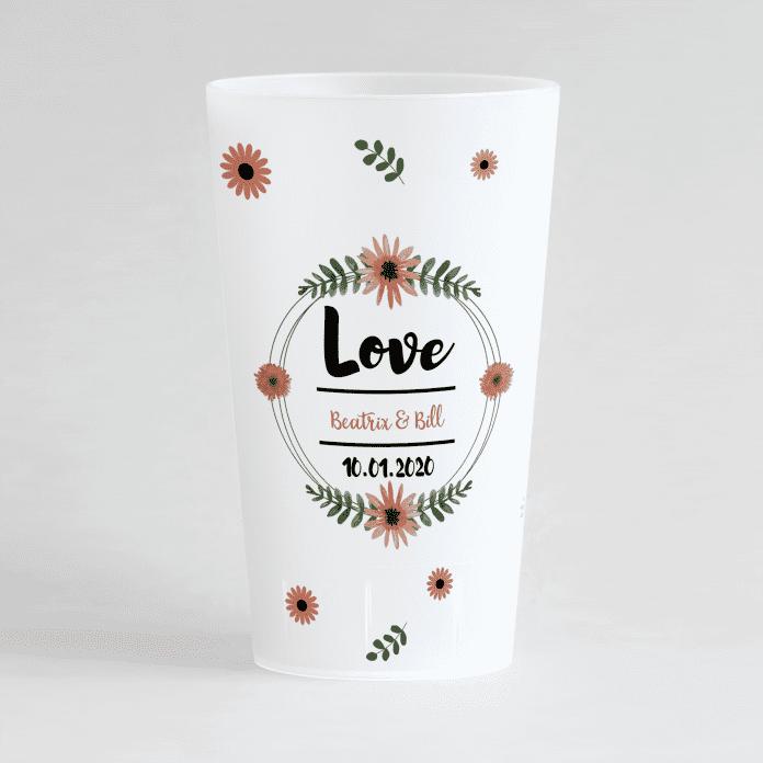 Un ecocup givre de face avec un thème mariage avec les prénoms des mariés et une couronne de fleurs ainsi que des fleurs sur tout le gobelet