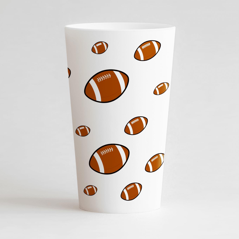 Un ecocup blanc de dos sur un thème rugdby avec des ballons sur toute la surface du gobelet.