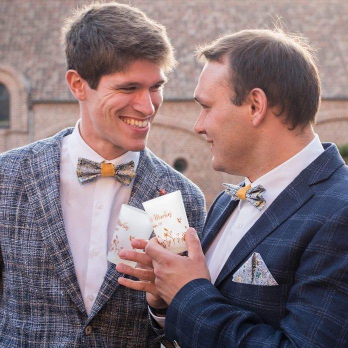 Des invités qui trinquent avec des ecocups blanc incassables à un mariage, imprimés avec un motif personnalisé en couleur.