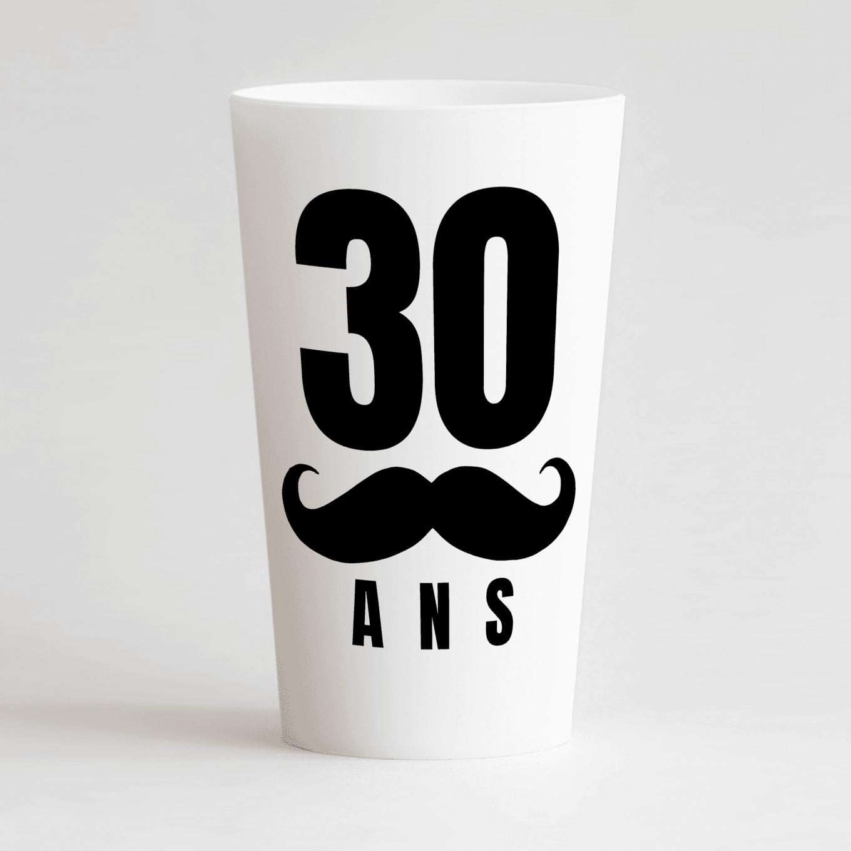 Un ecocup blanc de face avec un âge personnalisable et une moustache.