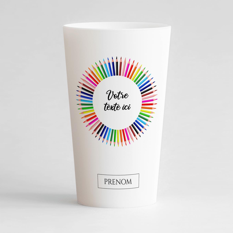 Un ecocup blanc de face avec une couronne de crayons de couleurs, une zone de texte et une zone pour inscrire un prénom.