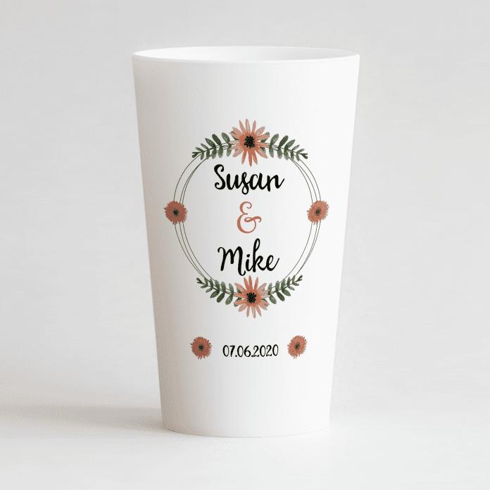 Un ecocup blanc de face avec un thème mariage avec les prénoms des mariés et une couronne de fleurs et la date du mariage