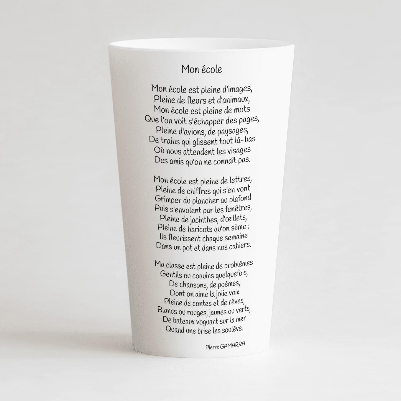 Un ecocup blanc de dos avec un poème, pour une école.