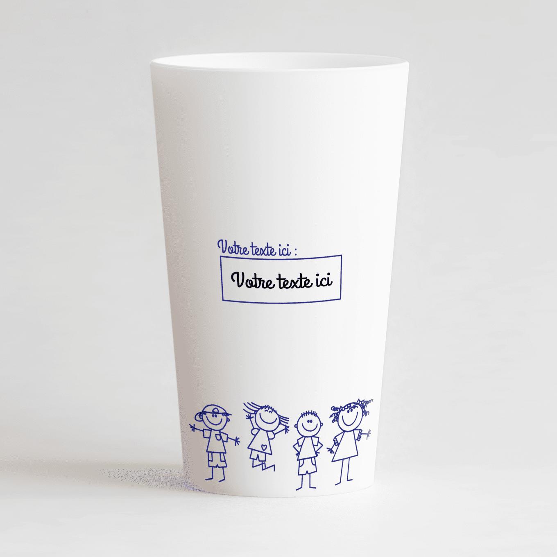 Un ecocup blanc de dos, avec une étiquette et des dessins d'enfants