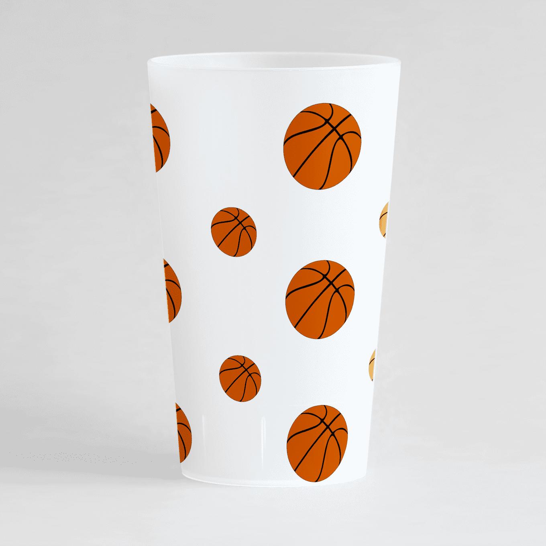 Un ecocup givré de dos avec des ballons de basket.