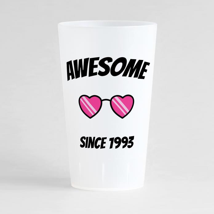 Un ecocup givré de face pour un anniversaire avec des lunettes de soleil en forme de coeur et un texte humour.