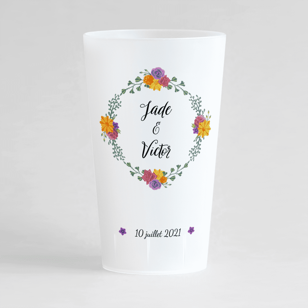 Un ecocup givré de face pour un mariage avec une couronne en fleur et les prénoms des mariés.