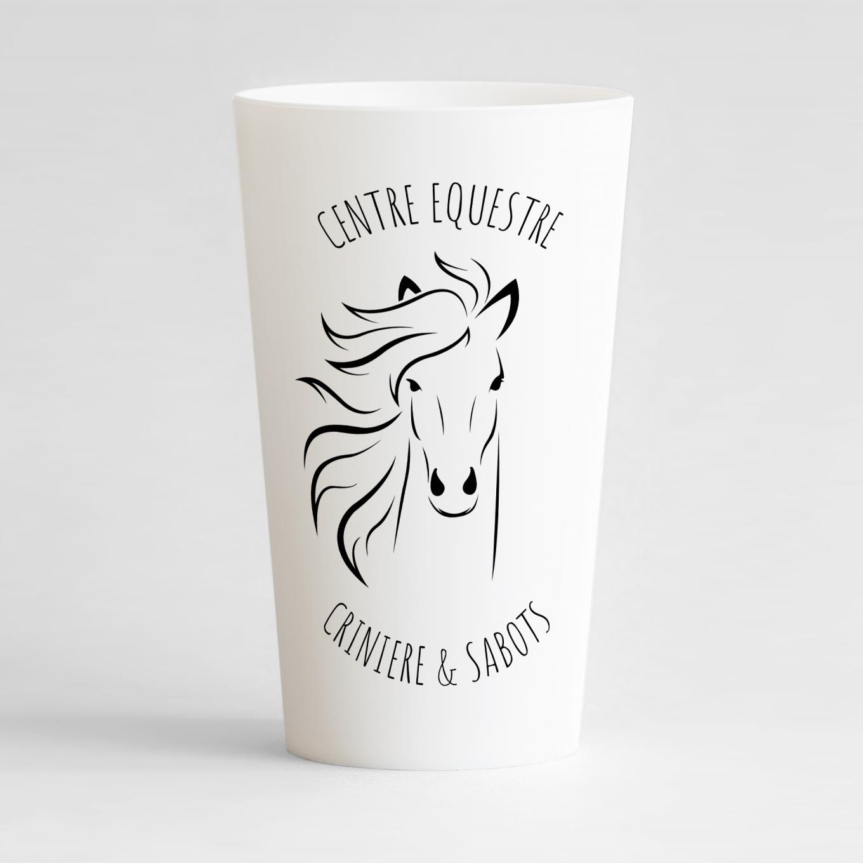 Un ecocup blanc de face pour un centre équestre, à personnaliser avec le nom de votre club et votre logo.