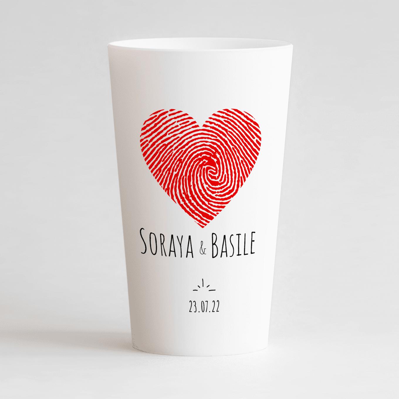 Un ecocup blanc de face personnalisé pour un mariage avec un coeur, les prénoms et la date du mariage.