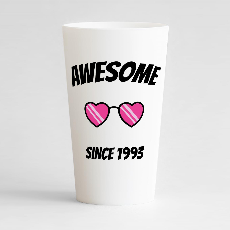 Un ecocup blanc de face pour un anniversaire avec des lunettes de soleil en forme de coeur et un texte humour.
