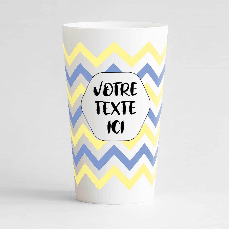 Un ecocup blanc de face avec un imprimé zig zags festifs jaunes et bleus à personnaliser pour votre événement.