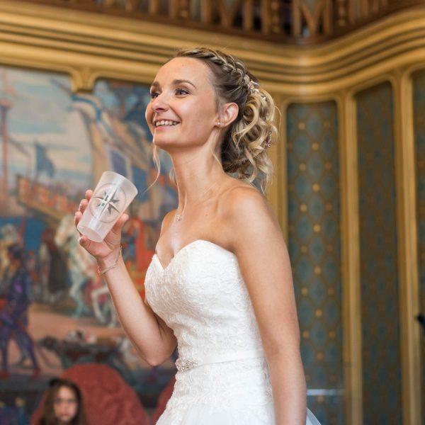 Mariée avec un gobelet réutilisable