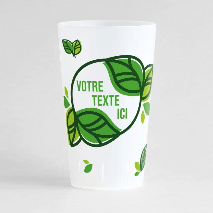 Un ecocup givré de face avec une zone de texte dans un cercle végétal, et des petits motifs feuilles autour.