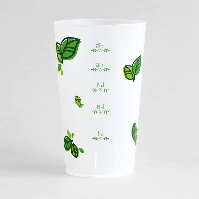 Un ecocup givré de dos avec une graduation verte, entourée de motifs feuilles vertes, à personnaliser.