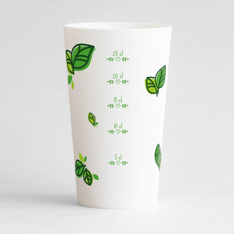 Un ecocup blanc de dos avec une graduation verte, entourée de motifs feuilles vertes, à personnaliser.