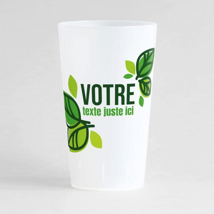 Un ecocup givré de face avec de belles feuilles vertes autour d'une zone de texte à personnaliser.