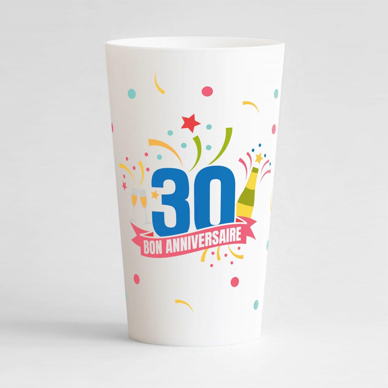 """Un ecocup blanc de face pour un anniversaire inoubliable, avec des éléments festifs sur tout le gobelet, une inscription """"30"""" et """"bon anniversaire"""""""