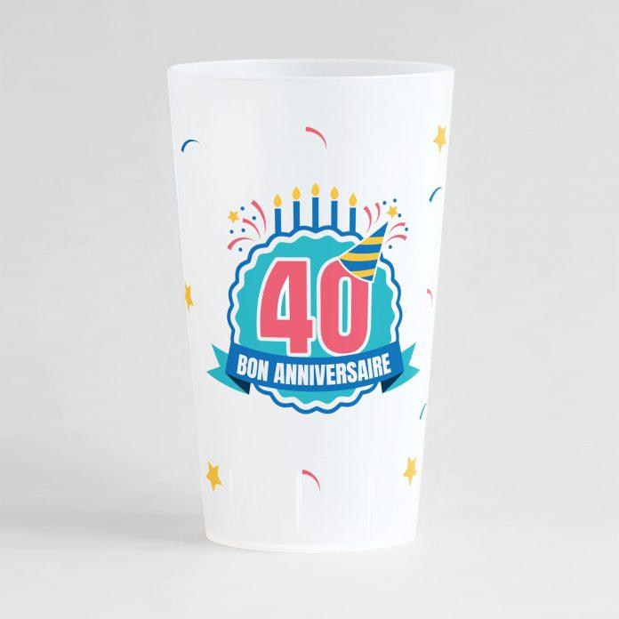 """Un ecocup givré de face pour un anniversaire avec l'inscription """"40"""" et """"bon anniversaire"""" et des éléments festifs"""