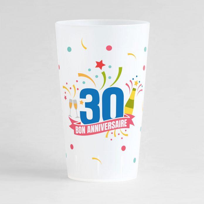 """Un ecocup givré de face pour un anniversaire inoubliable, avec des éléments festifs sur tout le gobelet, une inscription """"30"""" et """"bon anniversaire"""""""