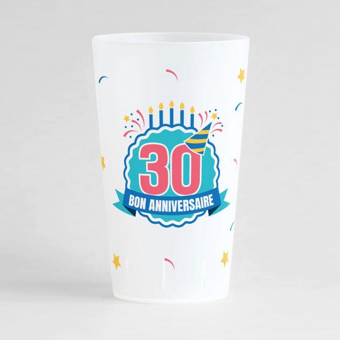 """Un ecocup givré de face pour un anniversaire avec l'inscription """"30"""" et """"bon anniversaire"""" et des éléments festifs"""